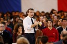 "French President Emmanuel Macron attends a meeting with youths as part of the ""Great National Debate"" in Etang-sur-Arroux, France, February 7, 2019. REUTERS/Emmanuel Foudrot/Pool - RC14064C40C0"
