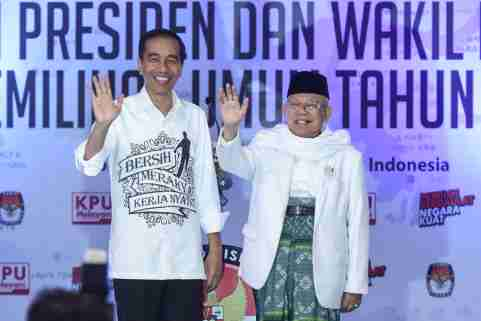 Indonesian President Joko Widodo and his running mate for the 2019 presidential election Islamic cleric Ma'ruf Amin wave after registering for the election at the General Election Commission in Jakarta, Indonesia August 10, 2018 in this photo taken by Antara Foto.  Antara Foto/Akbar Nugroho Gumay/via REUTERS   ATTENTION EDITORS - THIS IMAGE WAS PROVIDED BY A THIRD PARTY. MANDATORY CREDIT. INDONESIA OUT. - RC16976DBB40