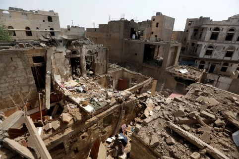 A man searches in the rubble of a house destroyed by an air strike in Amran, Yemen June 25, 2018. REUTERS/Khaled Abdullah - RC1C1F459690