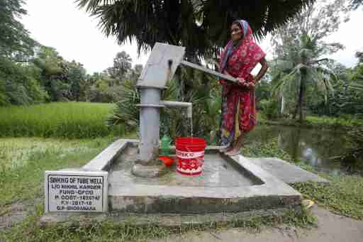 A woman uses a hand pump to collect drinking water on Ghoramara Island, India, September  22, 2018. Picture taken on September 22, 2018. REUTERS/Rupak De Chowdhuri - RC138069BE00