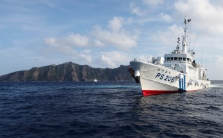 Japan Coast Guard vessel PS206 Houou sails in front of Uotsuri island, one of the disputed islands, called Senkaku in Japan and Diaoyu in China, in the East China Sea August 18, 2013. Boats carrying about 20 members of a Japanese nationalist group headed back to port on Sunday after sailing near tiny islands in the East China Sea that are at the centre of a dispute between Japan and China. The boats ships were surrounded by about 10 Japanese coast guard vessels when they approached within 1 nautical mile of the islands on Sunday morning. Coast guard crews in rubber boats urged them to leave through loudspeakers. REUTERS/Ruairidh Villar (JAPAN - Tags: MARITIME POLITICS) - GM1E98I1MSV01
