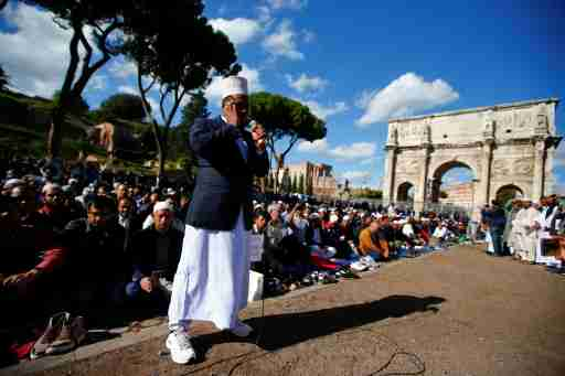 Muslims hold Friday prayers in front of the Colosseum in Rome, Italy October 21, 2016, to protest against the closure of unlicensed mosques.  REUTERS/Tony Gentile - D1BEUIGTQKAA