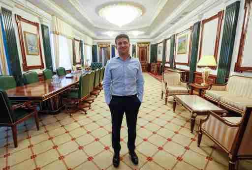 Ukraine's President Volodymyr Zelenskiy is seen in his office at the Presidential Administration building in Kiev, Ukraine June 19, 2019.  REUTERS/Valentyn Ogirenko - RC163F8FD360