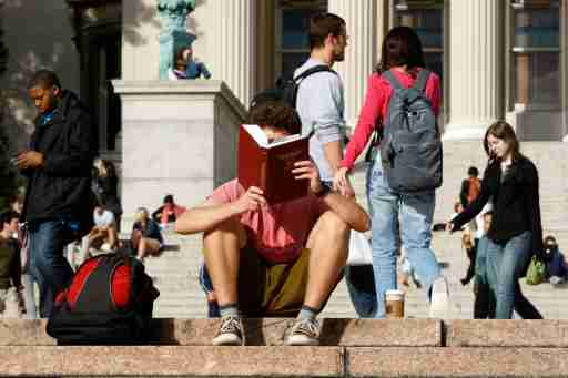 A student reads on the campus of Columbia University in New York, October 5, 2009. REUTERS/Mike Segar    (UNITED STATES) - WASE5A51DXR01