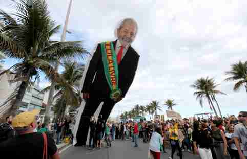 """People hold an inflatable doll of former Brazilian president Luiz Inacio Lula da Silva ahead of the demonstration to demand more protection for the Amazon rainforest, in Rio de Janeiro, Brazil August 25, 2019. The sash reads """"Lula free"""". REUTERS/Sergio Moraes - RC129F36ED80"""