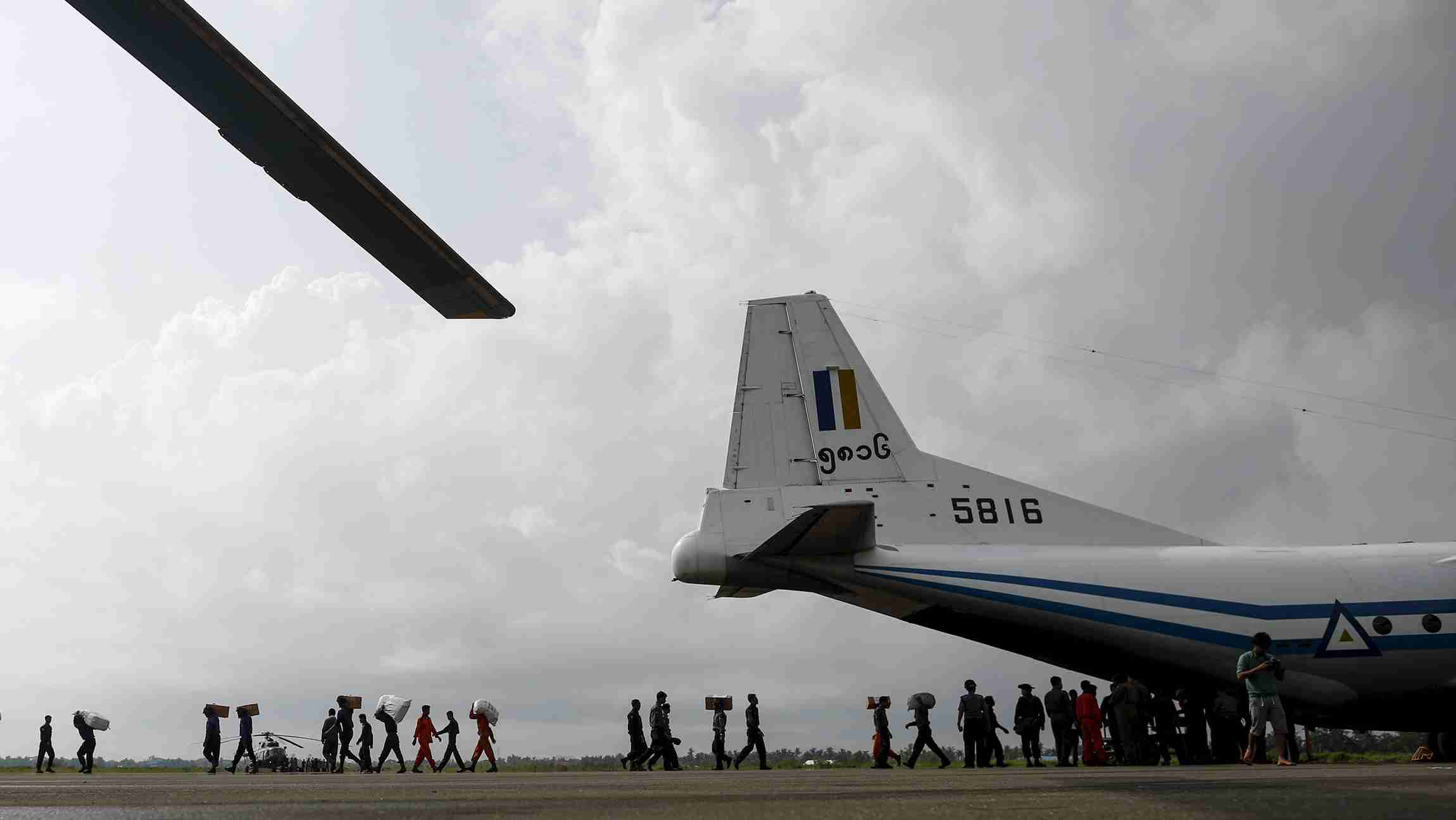 Soldiers and rescue workers unload aid from cargo aeroplane in Sittwe airpot at Sittwe, Rakhine state, August 5, 2015. The United States will announce an aid package for Myanmar to help the Southeast Asian country provide relief for the hundreds of thousands of people affected by floods, Secretary of State John Kerry said on Wednesday. More than 250,000 people have been affected and 69 killed by flooding that was triggered last week by monsoon rains, according to the Ministry of Social Welfare, Relief and Resettlement. REUTERS/Soe Zeya Tun - GF20000014051