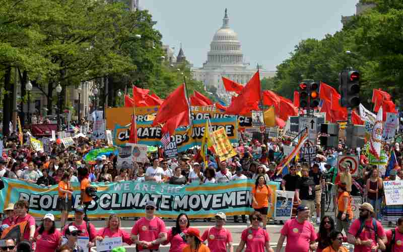 Demonstrators march down Pennsylvania Avenue during a People's Climate March, to protest U.S. President Donald Trump's stance on the environment, in Washington, U.S., April 29, 2017.     REUTERS/Mike Theiler       TPX IMAGES OF THE DAY - RC1C93696C90