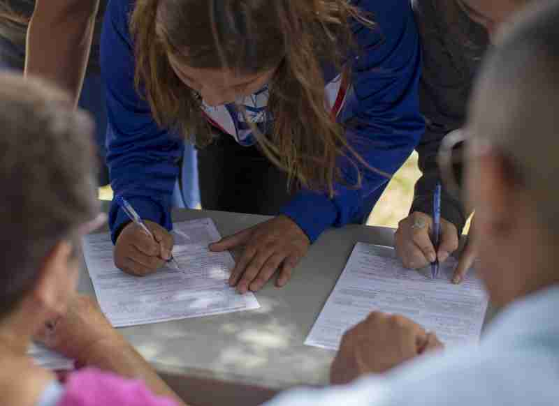 Seniors sign-up to vote during National Voter Registration day at a high school in Escondido, California September 22, 2015.  REUTERS/Mike Blake - GF10000216439