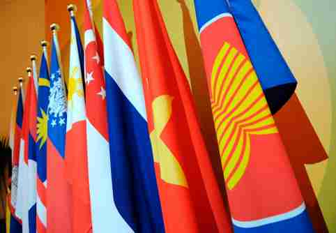 The Association of Southeast Asian Nations (ASEAN) flag (R) leads the flags of the 10-member countries during the ASEAN Regional Forum meeting in Singapore July 23, 2008. The ASEAN members are Brunei, Cambodia, Indonesia, Laos, Malaysia, Myanmar, Philippines, Singapore, Thailand and Vietnam.  REUTERS/Romeo Gacad/Pool    (SINGAPORE) - GM1E47N1OJQ01