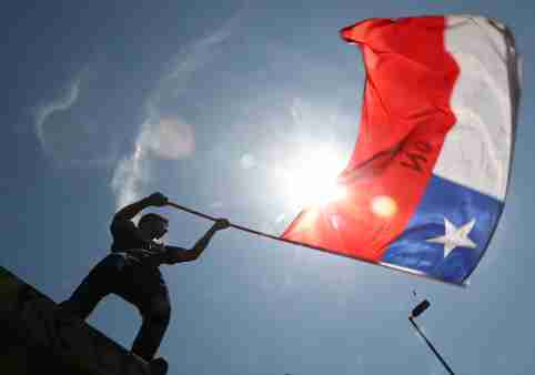 A person waves a Chilean flag during a protest against Chile's government in Santiago, Chile November 12, 2019. REUTERS/Pilar Olivares - RC2S9D9CL74K