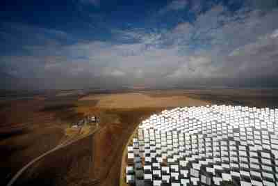 """A general view of the new PS20 solar plant which was inaugurated last month at """"Solucar"""" solar park in Sanlucar La Mayor, near Seville, October 7, 2009. The solar thermal power plant uses mirrors to concentrate the sun's rays onto towers where they produce steam to drive a turbine, producing electricity. REUTERS/Marcelo del Pozo (SPAIN ENERGY ENVIRONMENT SOCIETY IMAGES OF THE DAY) - GM1E5A71NB401"""