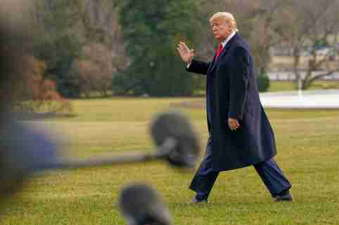 U.S. President Donald Trump waves as he departs for travel to Florida from the South Lawn of the White House in Washington, January 23, 2020. REUTERS/Kevin Lamarque