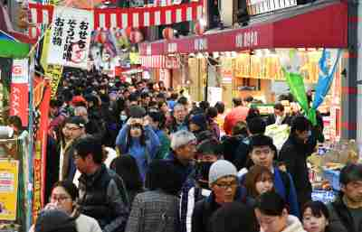 Shoppers crowd at the Kuromon Ichiba to purchase ingredients for New Year's dishes in Osaka on Dec. 30, 2019, the end of year. Shops were overflowing with marine products such as crab, tuna, meat and processed foods. ( The Yomiuri Shimbun )