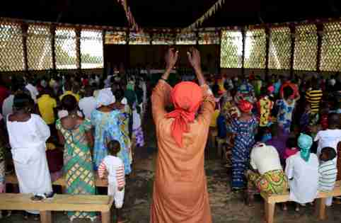 Faithful pray during a Sunday Mass in Saint Joseph Cathedral in Bambari, Central African Republic, October 18, 2015. Pope Francis' first Africa trip will highlight the problems of building dialog between Christianity and Islam as both religions grow fast on the continent, threatening to widen an already volatile fault line there between them. Picture taken October 18.    REUTERS/Goran Tomasevic