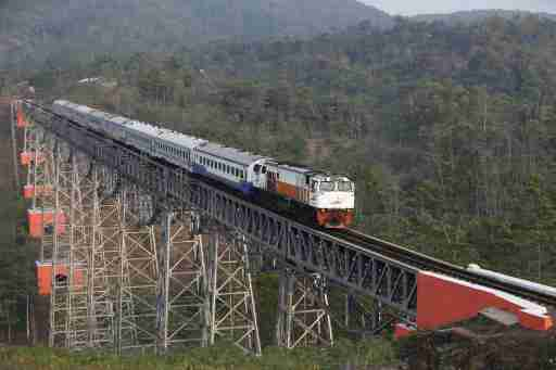 A passenger train crosses the Chikubang bridge as it travels from the city of Bandung to Jakarta near Padalarang, West Java, Indonesia August 25, 2015. Japan's prime minister has sent an envoy to Indonesia to offer a sweeter deal to build a high-speed railway, a Japanese embassy official said on Thursday, highlighting the importance of the multi-billion dollar project that China also wants to win. The two Asian giants are in a neck-and-neck contest to win a contract to build Indonesia's first high-speed rail, between the capital Jakarta and textile hub Bandung, a project that would bolster their influence in Southeast Asia's biggest economy.Picture taken August 25, 2015. REUTERS/Darren Whiteside