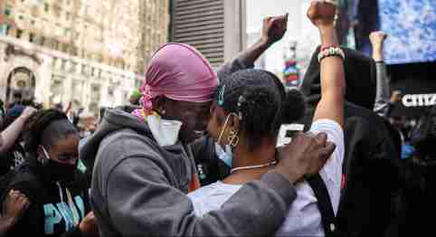 200601 Keion Staton and Aissatou Traore embrace each other and raise their arms during a protest over the death of George Floyd, on June 1, 2020 at Times Square in the Manhattan borough of New York, NY, USA. Photo: Joel Marklund / BILDBYRÅN / kod JM / 88157 bbeng protest demonstration Black Lives Matter No Use Sweden. No Use Norway. No Use Austria.