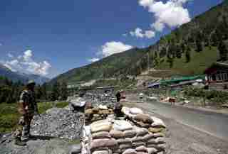 India's Border Security Force (BSF) soldiers stand guard at a checkpoint along a highway leading to Ladakh, at Gagangeer in Kashmir's Ganderbal district June 17, 2020. REUTERS/Danish Ismail - RC2TAH9TWV3R