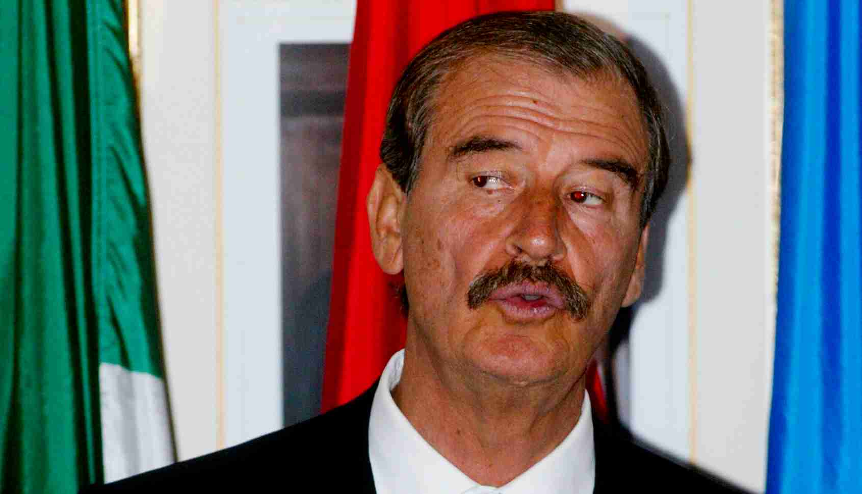 Mexican President Vicente Fox Quesada speaks to gas and oil producers at a luncheon in Calgary, September 29, 2005. The Mexican President is in Calgary for the day before heading off to Vancouver. REUTERS/Patrick Price