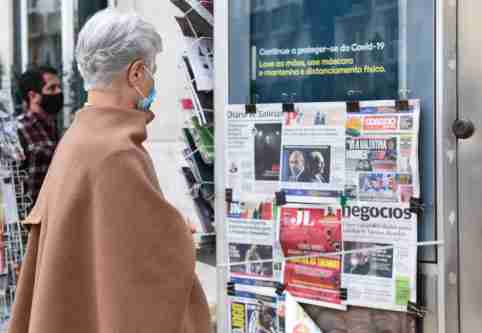 A woman reads the newspapers frontpages at a Chiado newsagent, as Portuguese lockdown continues.Portugal, one of the countries hardest hit by the pandemic, authorised the renewal of the state of emergency until March 1st, to try to contain the coronavirus pandemic. (Photo by Gustavo Valiente Herrero / SOPA Images/Sipa USA)No Use Germany.