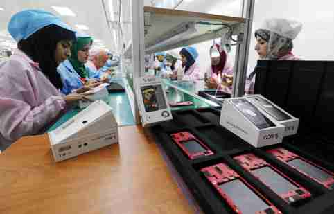 Women work on a production line at the mobile phone factory in Assuit, Egypt September 30, 2018. Picture taken September 30, 2018. REUTERS/Mohamed Abd El Ghany - RC1DC3804970