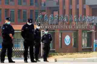 Imagen de archivo de personal de seguridad vigilando el exterior del Instituto de Virología de Wuhan durante la visita del equipo de la Organización Mundial de la Salud (OMS) a cargo de investigar los orígenes del COVID-19, en Wuhan, provincia de Hubei, China. 3 de febrero, 2021. REUTERS/Thomas Peter/Archivo