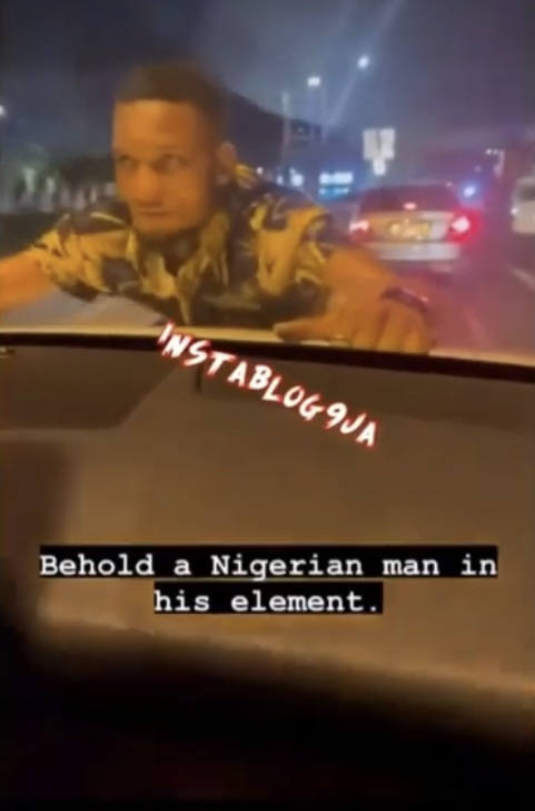Man hangs on the bonnet of a moving car after the owner refused to tip him for parking on his 'territory'(Video)