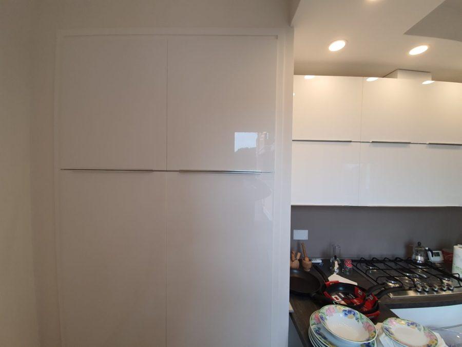 Armadi a muro e telai con sportelli realizzati su misura per ottimizzare i vani di casa