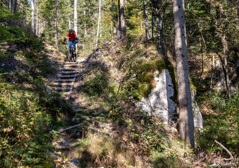 Über eine steile Holztreppe gehjt es in eine der vielen Spitzkehren...