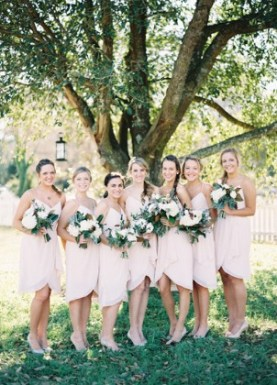 brud-brudekjole-brudebukett-vårbryllup-påske-bryllup-bondebryllup-låvebryllup-brudepikekjoler-brudepiker