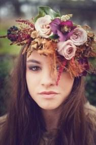 plomme-oliven-gull-fersken-bryllupsfarger-blomsterkrans-brudehår