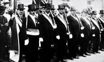 1931 Beecker Honoratioren: Hubert Vossen (links mit Fahne), Schmeier (2.v.l.), Franz Bertrams (5.v.l.), Franz Merzbach (6.v.l.), Anton Heinen (8.v.l.)