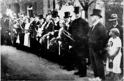 1932 König Heinrich Peters, rechts Pfarrer Paul Alfer und Bürgermeister Paul Reuber im letzten Amtsjahr
