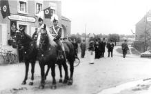 1936 Reiteroffiziere vor dem Hakenkreuz-Fahnenschmuck in Kipshoven