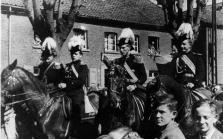 1948 Reiteroffiziere auf dem Beecker Kirchplatz. General Wilhelm Brunen, Leopold Jansen, August Caspers, Josef Joerissen (v.l.n.r.), Josef Vieten (u.r.)