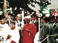 1984 Gefallenenehrung am Kreuz auf dem Kirchplatz. Pater Franz mit König Herbert Fervers und Prinz Karl-Josef Wolters. Als Messdiener vorne links Daniel Hürter.
