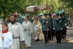2006 Fronleichnam. Pater Franz mit Begleitung der St. Sebastianus Schützenbruderschaft Beeck