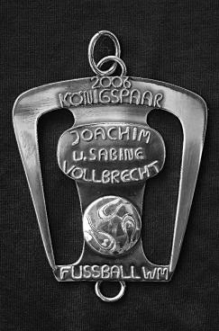 """Die Königsplakette von Joachim Vollbrecht zeigt einen FIFA-Fussball zur Erinnerung an ein """"Sommermärchen"""" in Beeck und die Fußballweltmeisterschaft 2006 in Deutschland."""