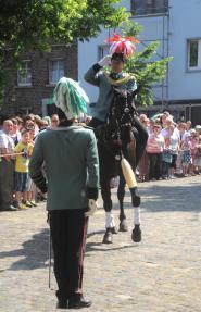 2012 Reitergeneral Ralf Axer bei der Meldung Pfingstmontag