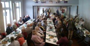 Um 14:00 Uhr sollte es beginnen, aber schon eine halbe Stunde vorher waren die ersten Gäste da und nahmen an den Tischreihen im Vincentiushaus platz.