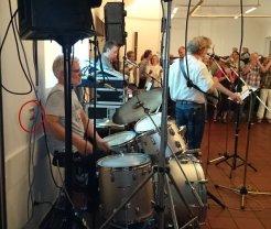 Technik ist alles. Damit beim Schlagzeugeinsatz nicht plötzlich das Licht ausgeht ...