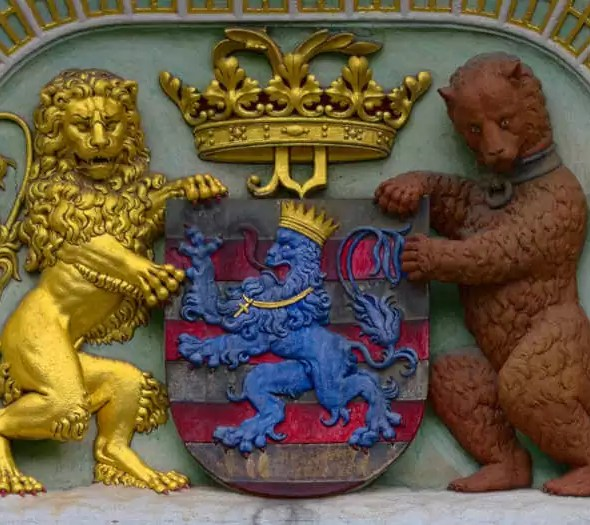 Bruges en Belgique a l'ours et le lion comme mascotte