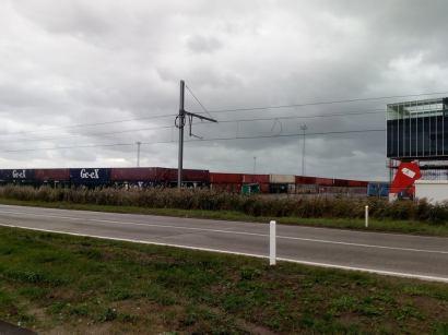 de verscheping van het militaire materieel gebeurde achter een strategisch opgebouwde muur van containers.