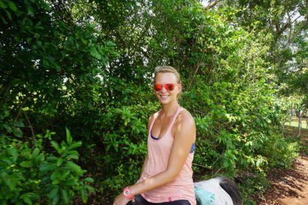 Annika na lange tijd weer op het paard