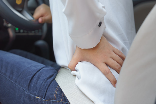 gros-plan-taille-femme-douleur-longue-conduite-chemin_43919-118