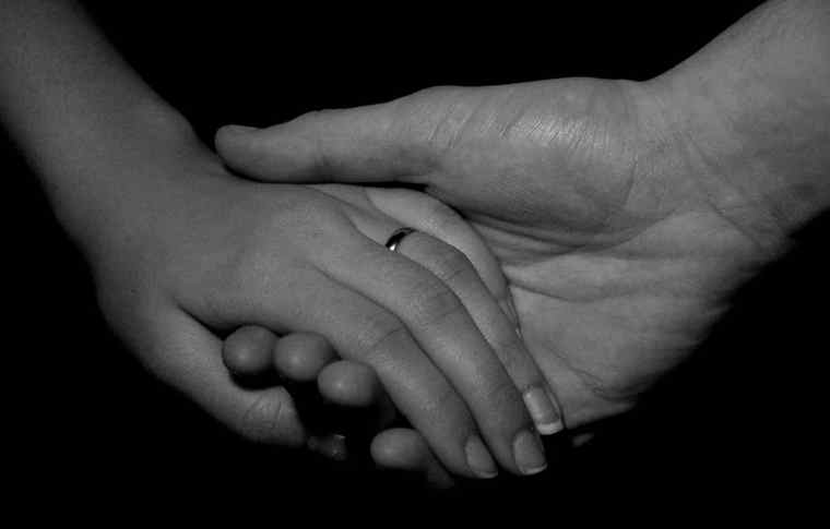 Couple holding hands (black-and-white)