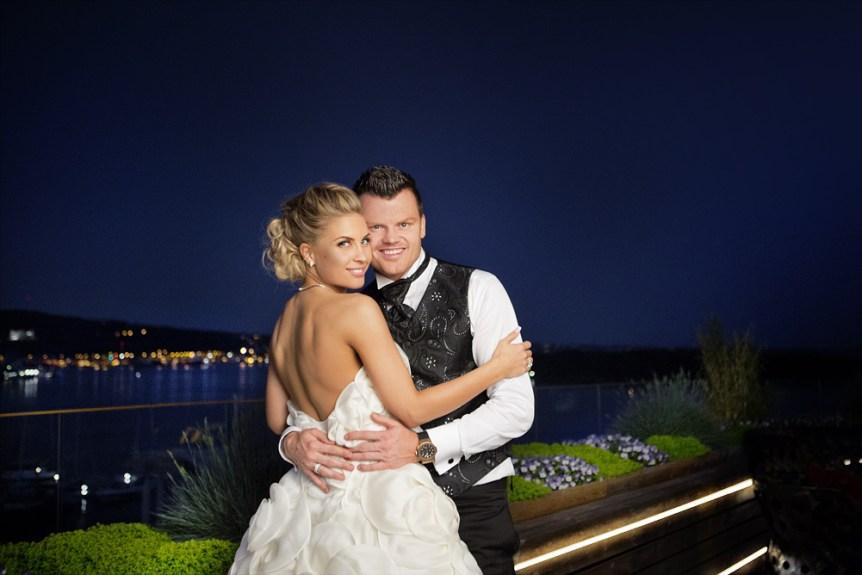 Bryllupsfoto tatt på taket av The Thief i Oslo av John Arne og Louise Angelica Riise. Oslo og oslofjorden kan sees bak.