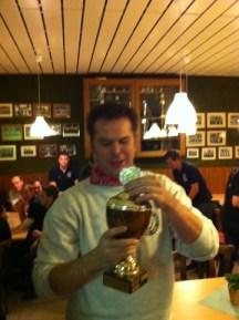 Hauptmann Michael Kühn mit dem Pokal