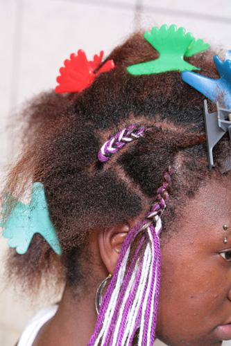 Em seguida, divida os cabelos em três partes e trance-as, junto com a lã, até o fim, fazendo uma meia-lua|Moisés Moraes