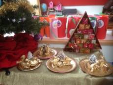 Advents boom met zelfgemaakte kerstgroep
