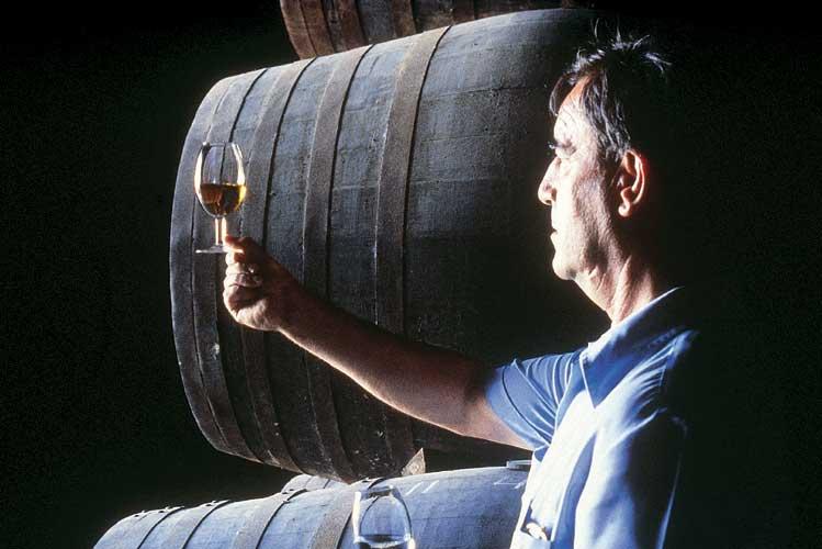 O capataz seleciona os vinhos com base na degustação.